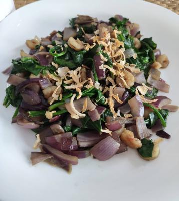 Dietista Nutricionista en Soria: Espinacas con gambas y cebolla morada